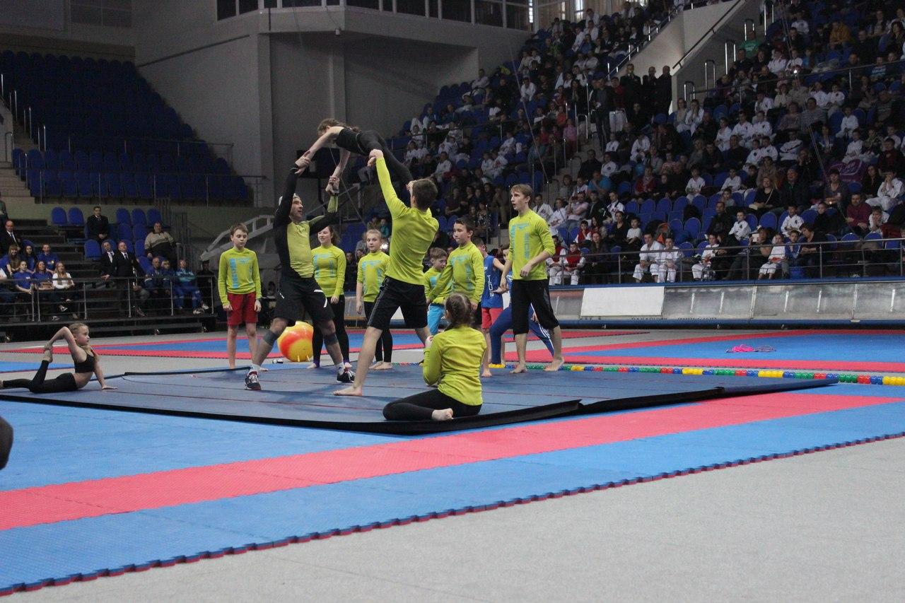 картинка: акробаты на Международном Турнире имени В.В. Горбатко