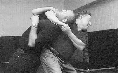 демонсрация приемов рукопашного боя пожилым человеком