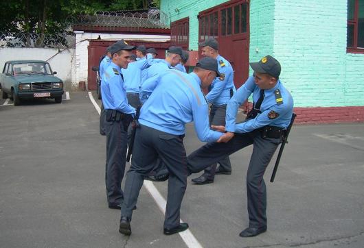 отработка приемов рукопашного боя молодыми полицейскими
