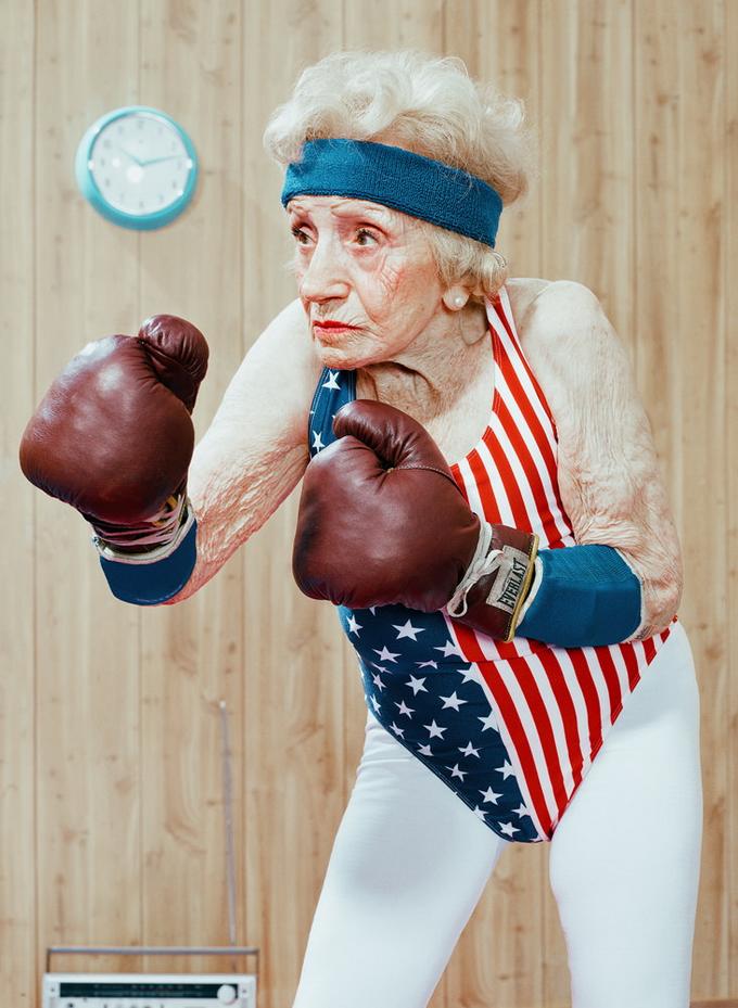фото старушки в боксерских перчатках