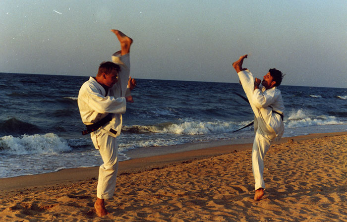 тренировка по каратэ на фоне моря